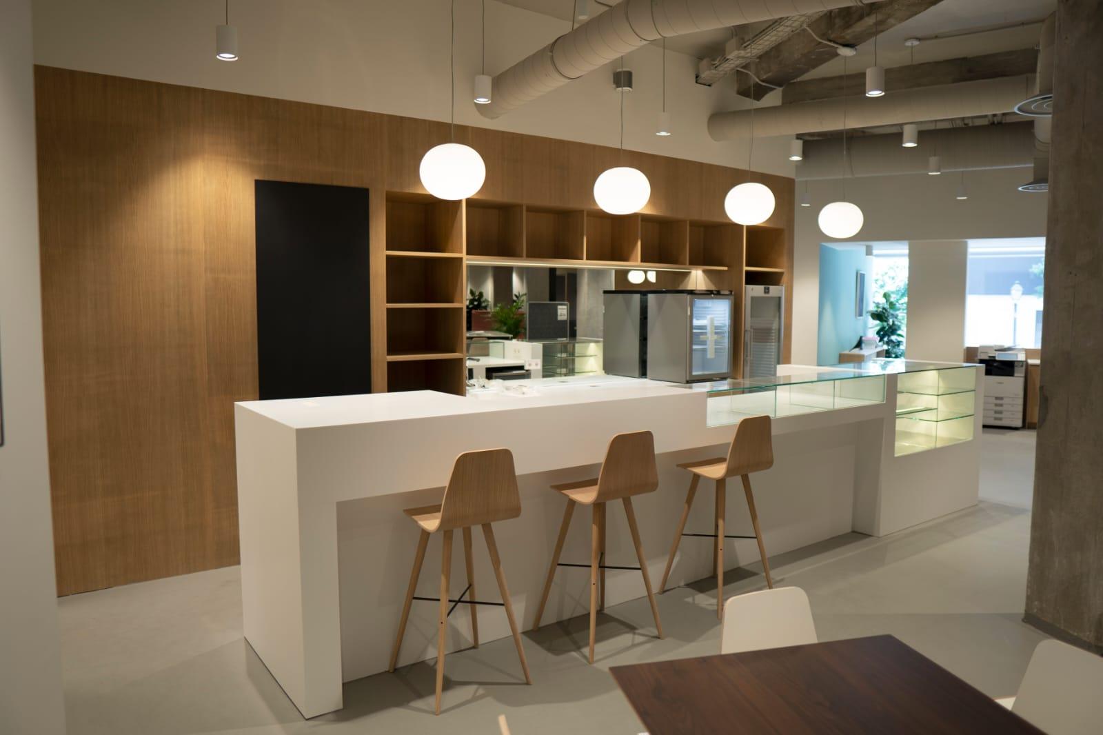 INSTALACIÓN DE MOBILIARIO, MAQUINARIA EN ACERO A MEDIDA PERSONALIZA Y VITRINAS EXPOSITIVAS DE MADERA Y VIDRIO CON FRÍO REMOTO EN KRION EN LAS OFICINAS DE EVERIS. Aceroinnova ha realizado el diseño e instalación de un proyecto para zona isla de descanso para desayuno, cafés y zonas de comida puntual dentro de las oficinas del edificio Everis. Se ha llevado acabo la instalación de mobiliario y maquinaria en acero a medida personaliza y vitrinas expositivas de madera y vidrio con frío remoto en Krion. Además, se ha realizado la iluminación e integración de dicha zona descanso con mobiliario a medida con interiorismo y decoración vanguardista, mobiliario ergonómico y accesorios personalizados. Realizamos todo tipo de proyectos integrales en España y Portugal. Disponemos de fábrica propia e instaladores con gran cualificación.