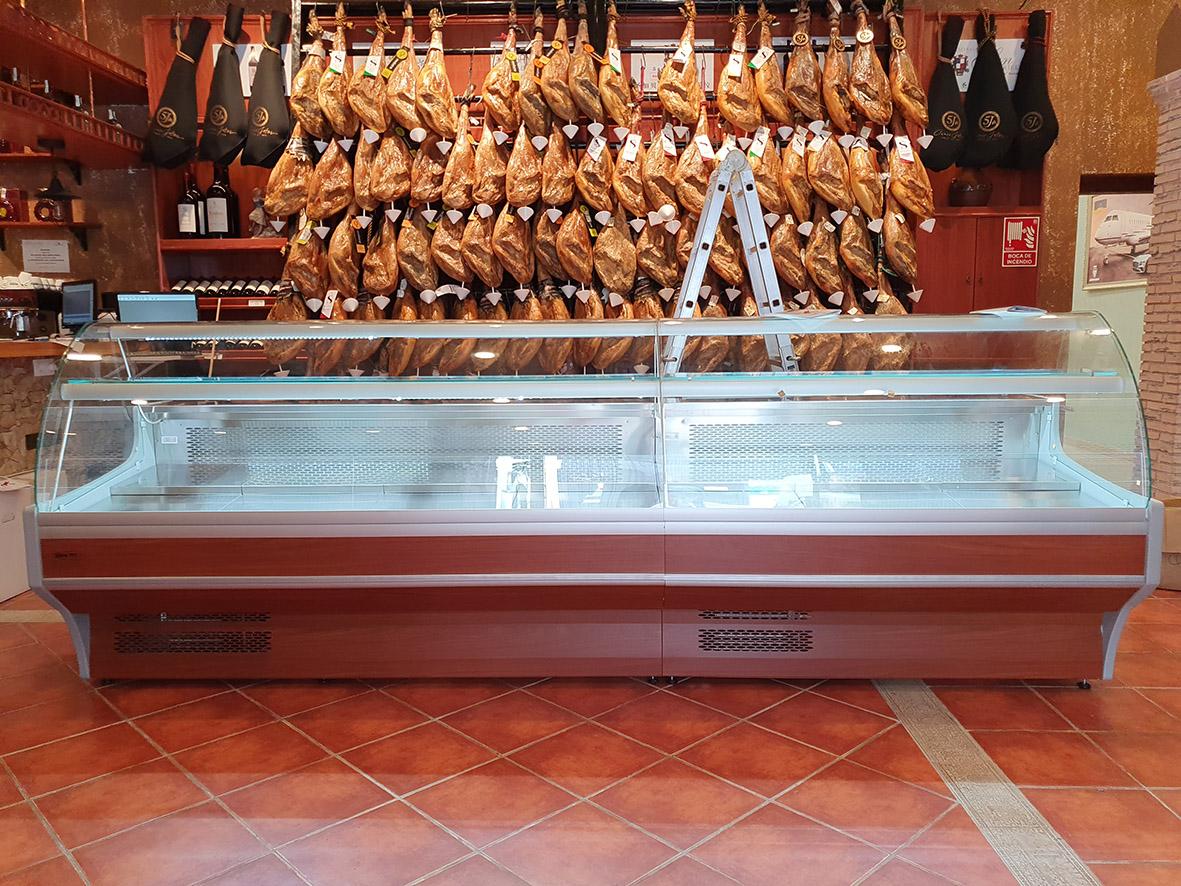 VITRINAS REFRIGERADAS PARA ZONA DE CHACUTERÍA DE BODEGA EN MADRID. PROYECTO DE MOBILIARIO PARA TIENDA DE ALIMENTACIÓN. Aceroinnova ha instalado vitrinas refrigeradas vitrinas de frío para la zona de charcutería de una bodega en Madrid. En Aceroinnova disponemos de un área de servicio exclusivo para el diseño, fabricación y montaje integral de tiendas y empresas de alimentación con venta al público, dónde realizamos el mobiliario, la maquinaria, las cámaras de frío y conservación para todos tipo de productos alimenticios.