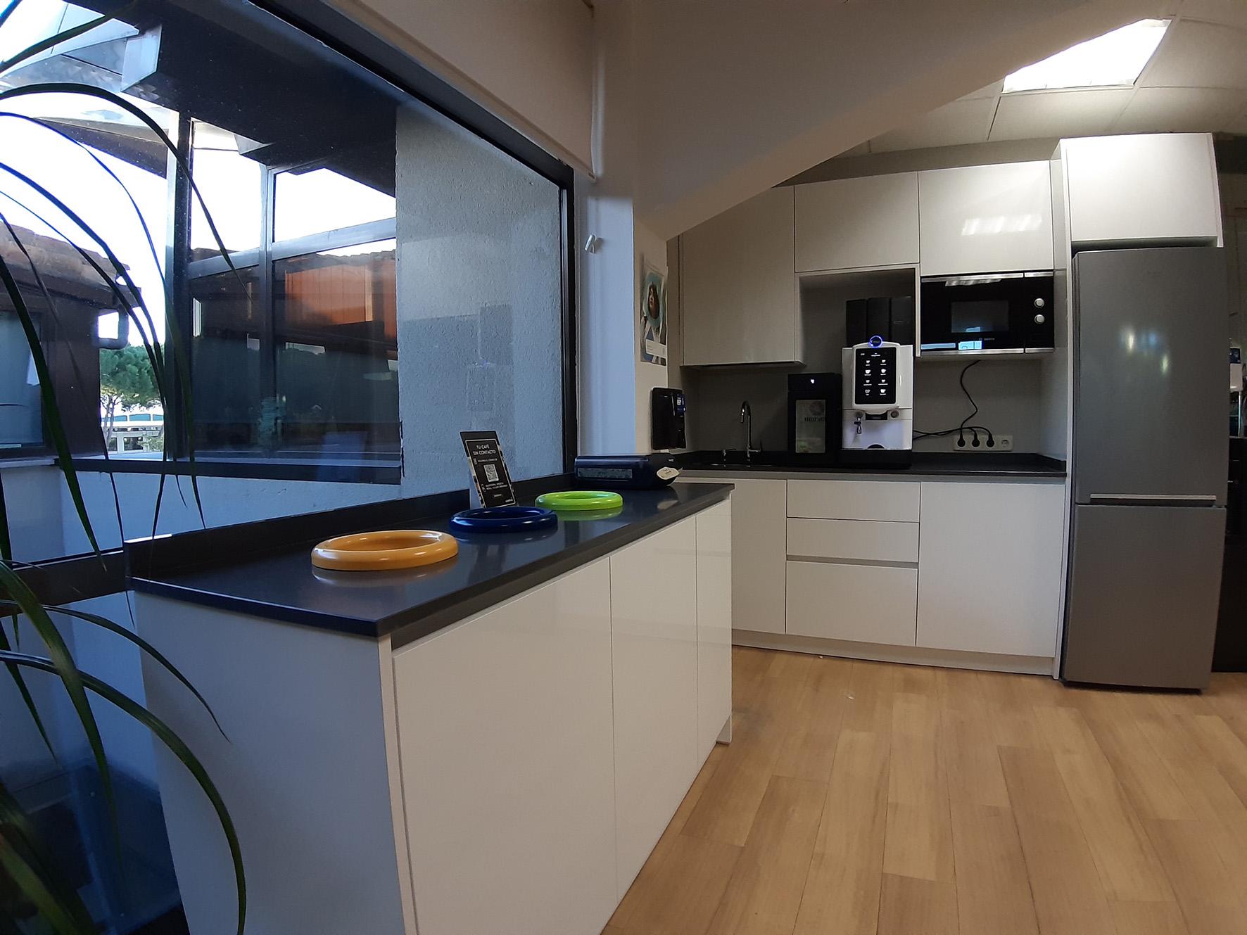 FABRICACION-INSTALACION-MOBILIARIO-COCINAS-MUEBLES-A-MEDIDA-COCINA-ELECTRODOMESTICOS-PARA-OFFICE-DE-EMPRESA-PARA-EMPLEADOS Aceroinnova, ha sido la encargada de diseñar, fabricar y montar un office de empresa para empleados con una cocina completa, maquinaria y el mobiliario accesorio. Aceroinnova es especialistas en el diseño, fabricación e instalación de todo tipo de mobiliario y maquinaria para cocinas profesionales de restaurantes, empresas y también para particulares. Aceroinnova, tiene diversos departamentos en función del tipo de cliente y necesidades de los mismos, ya sea para hostelería o para particulares. Consúltenos.